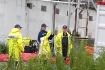 Práce hasičů v objetu firmy Vajax v Kosoříně.