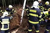Při lesnických pracích muže zavalila zemina