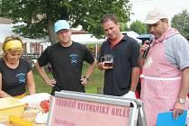 Hejtman Martin Netolický se svým týmem vařil hejtmanský guláš. Na snímku se starostou Přívratu Janem Stránským a moderátorem Tomášem Stejskalem.