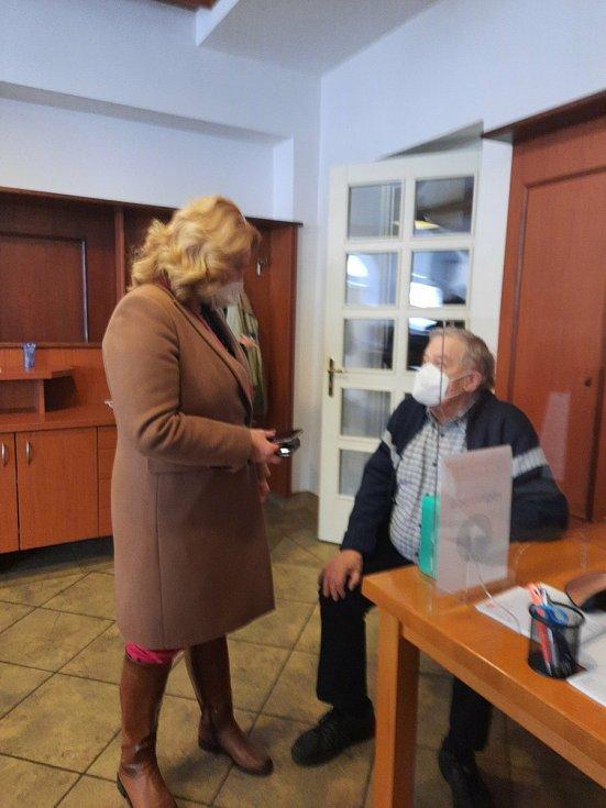Ředitelka ústavu přátelsky promlouvá s prvním naočkovaným