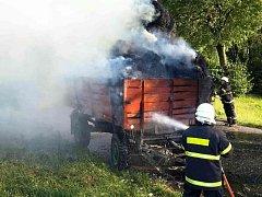 Požár balíků slámy na vozíku v Písečné u Letohradu.