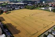 Letecký pohled na pole, kde mají vzniknout stavební parcely.