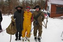 Tradičně veselo bývá při rejích masek na sněhu. Bylo tomu tak i v sobotu na kopci Gansberg u Cotkytle.