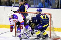 ZACPAT BRÁNU chtěli hokejisté Chocně všemi možnými způsoby, ale podle výsledku se jim to příliš nepodařilo.