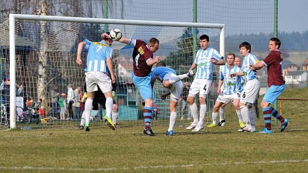 Česká Třebová (v modrobílém) podlehla Náchodu na penalty.