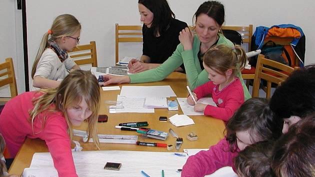 Literárně výtvarná dílnička pro nejmenší děti ovládla knihovnu v Nekoři.