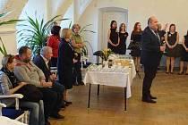 """Přivítání divadelního spolku """"Sebranka"""" z chorvatského Daruvaru v letohradské obřadní síni."""