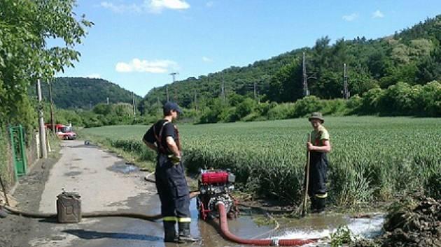 Sbory dobrovolných hasičů z Výprachtic a Koburku pomáhají v Dolanech u Kralup nad Vltavou.