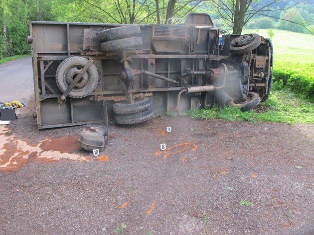 Z dopravní nehody skříňové avie v Hnátnici.