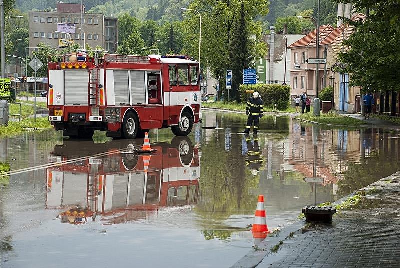 Hlavní silniční průtah Ústím nad Orlicí (u restaurace U Malinů) po sobotním odpoledním přívalovém dešti.