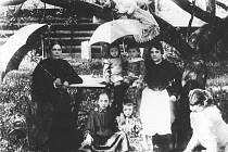 Na prvním snímku je vlevo Jiřina Hausmannová, vdova po hudebním skladateli V. V. Hausmannovi, vpravo pak vidíme její dceru E. Z. Rybičkovou, choť obchodníka a starosty města Česká Třebová Otto Rybičky. Na straně je její sestra Marta Kubíčková.