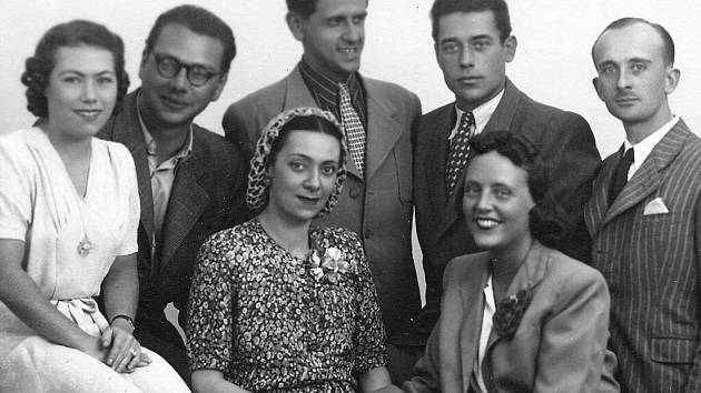SPOLEČNOST PŘÁTEL v České Třebové před rokem 1948. Zleva: Eugenie Heidlerová ml. (neteř Jana Rybičky), p. Unzeitig, dirigent František Preisler, Jan Rybička a Polda (číšník z restaurace U Naňků).