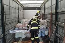 Na silnici I/11 v centru Jablonného nad Orlicí došlo k nehodě dvou nákladních aut, vylil se při ní saponát.
