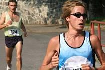 Jako první proběhl cílovou páskou brněnský Milan Kocourek (vpravo), o šestnáct vteřin později dorazil do cíle také Ivan Čotov.