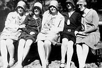 Na snímku je dámská krejčová Marie Kratochvílová, později provdaná Pospíšilová (uprostřed), která si vyšla spolu s několika děvčaty do Javorky v roce 1928. Kromě módních letních šatů všechny zdobí i tehdy nezbytný klobouček.