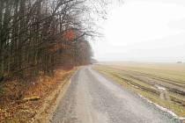 Na připravované cyklostezce z Vysokého Mýta do Hrušové se bude brzy pokládat asfalt.