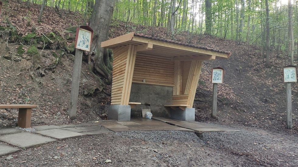 Neznámy vandal zničil kapličku v Hůře u Petrovic, Foto: Obec Petrovice