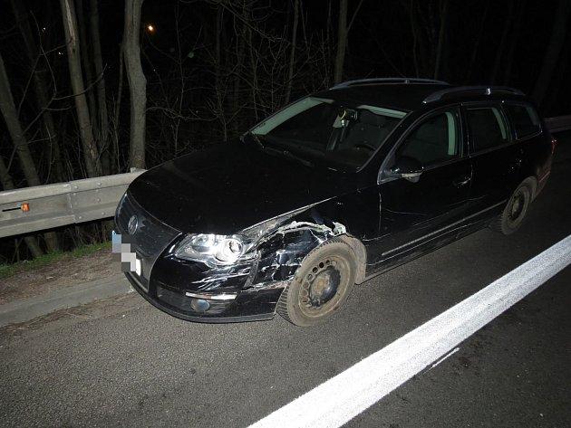 V noci ze soboty na neděli zbyl u svodidel na silnici I. třídy č. 35, mezi obcemi Zámrsk a Týnišťko, po střetu s jiným vozidlem velmi poškozený vůz.