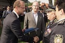 Hejtman Martin Netolický předává hejtmanskou medaili Emilu Duškovi.