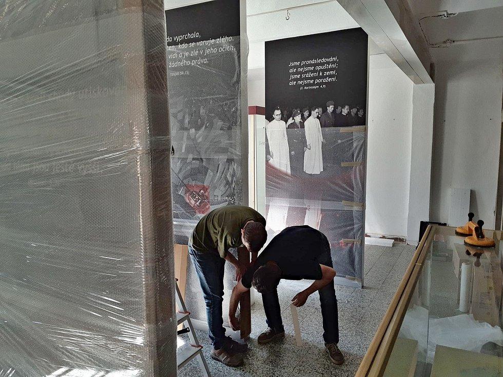 Králíky Památník obětem internace, který sídlil na Hoře Matky Boží v Králíkách, mění sídlo.