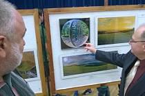 Ze zahájení výstavy výtvarného umění v kulturním domě.