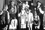 Vzpomínka na mikulášské průvody realizovaná třebovskými ochotníky 5. prosince 1928. Ze zúčastněných osob připomeňme např. sládka Karla Loma ml. v postavě 1. laufra (vlevo), kominíka Jana Šlejmara ( 2. zprava dole) jako Mašku a Mirka Dočkala .