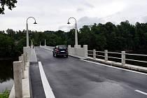 Na opravených mostech střihli pásku.