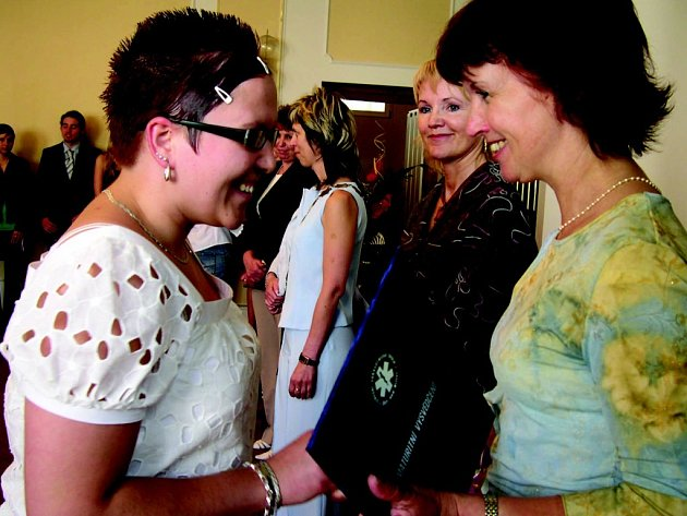 Třídní učitelka studentů 4. A Lenka Kaplanová (vpravo) předává vysvědčení jedné ze studentek.