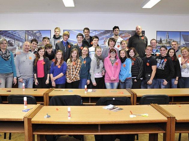 Studenti ze čtyř zemí v rámci projektu Bezejmenní hrdinové válek vyráběli květy vlčího máku.