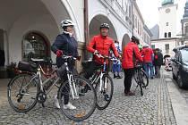 Sedmdesát nebo sto kilometrů, to byly dvě trasy cykloturistického výletu zvaného Na Drozdovskou pilu, na který se i přes nepříliš pěkné počasí vydalo z ústeckého náměstí 264 cyklistů.