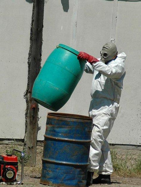 Pracovníci dezinfekční jednotky.