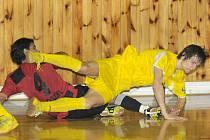 Do druhého poločasu nastoupil Jakub Gerčák (ve žlutém) jako žolík a hned zařídil vyrovnání. Potom sváděl několik těžkých soubojů s Brazilcem De Oliveirou (v červeném).