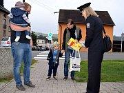Policisté mezi dětmi na přechodu u Základní školy U Dvora v Letohradu.