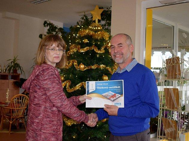 Dárkový certifikát na předplatné přebral od Dany Pokorné z Orlického deníku ředitel Sociálních služeb Lanškroun Milan Minář.