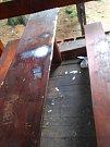 Ukradená lavička a poničený mobiliář v ústeckých městských lesích.