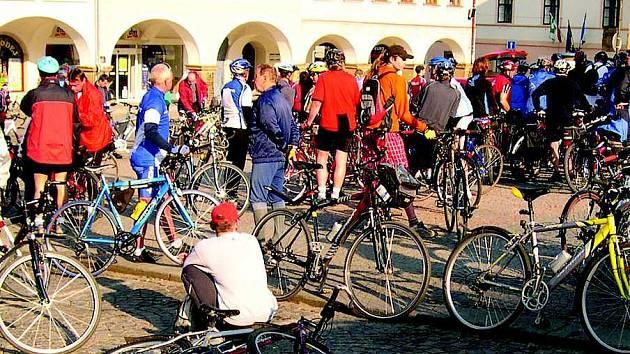 Ústecké Mírové náměstí se v sobotu ráno hemžilo cyklisty.
