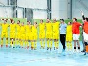 Vítězné gesto před vlastními fanoušky si užívají futsalisté Vysokého Mýta.