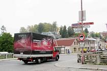 Opravy silnic v České Třebové prověří trpělivost řidičů.