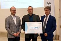 Nadační fond nemocnice dostal dar sto tisíc korun.