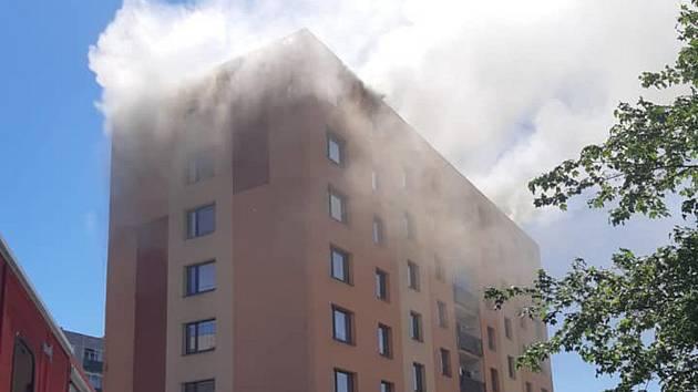 V České Třebové vzplála střecha panelového domu