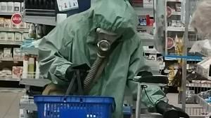 Recesista se vypravil na nákup jak při vyhlášení chemického poplachu