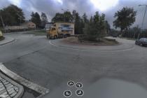 V Králíkách je silnice sice opravená, ale klikatá a úzká. Pro tranzitní provoz zcela nevyhovující. Na snímku zdejší kruhová křižovatka.