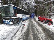 Střet linkového autobusu s osobním automobilem na zasněžené silnici mezi Českou Třebovou a Skuhrovem.