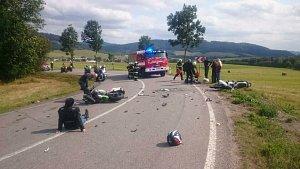 Nehoda dvou motorkářů na výjezdu z Červené vody.