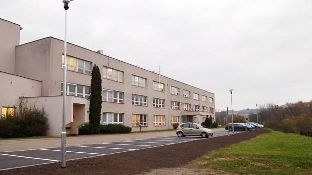 Nová parkovací plocha v areálu Orlickoústecké nemocnice.