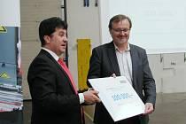 Generální ředitel Rieter CZ Jan Lustyk předává šek na 100 tisíc korun řediteli Orlickoústecké nemocnice Jiřímu Řezníčkovi.