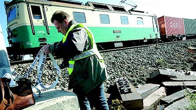 Před vjezdovým návěstidlem železniční stanice Rudoltice ve čtvrtek nad ránem vykolejil nákladní vlak.