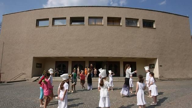 Krajská přehlídka scénického tance v Ústí.