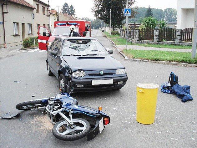 Z nehody auta a motocyklu ve Vysokém Mýtě.
