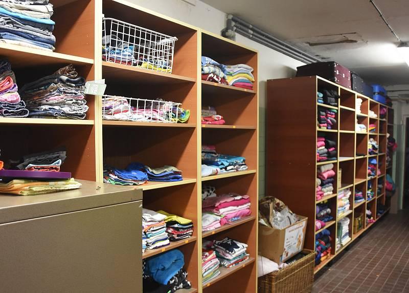 Díky novým regálům je všechno darované oblečení uloženo přehledně.